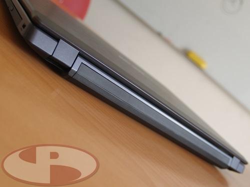 Lid LCD yang di bentuk miring menyesuaikan bentuk casing bagian belakang.
