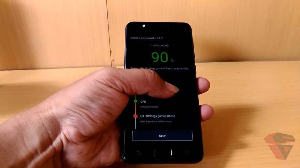 Layar Asus Zenfone 4 Max di akses dengan 1 tangan